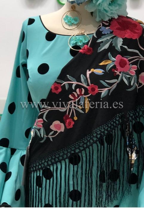 colocar el mantón de flamenca en el cuello