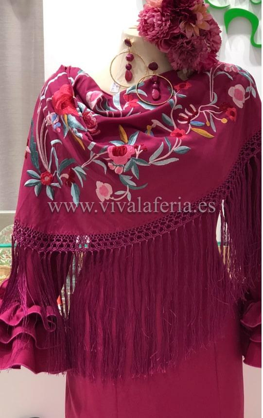 Mantón flamenco en los hombros