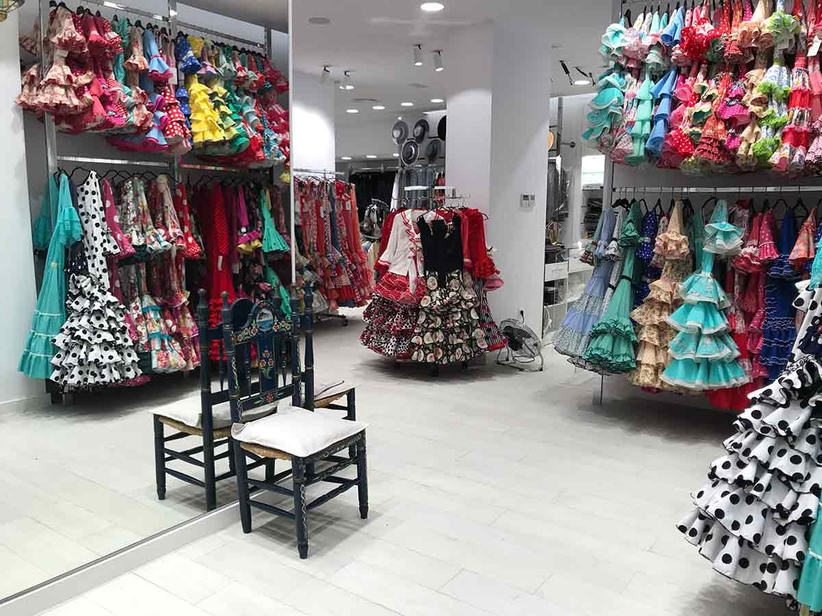 Exposición de trajes y zapatos de flameco Viva la Feria